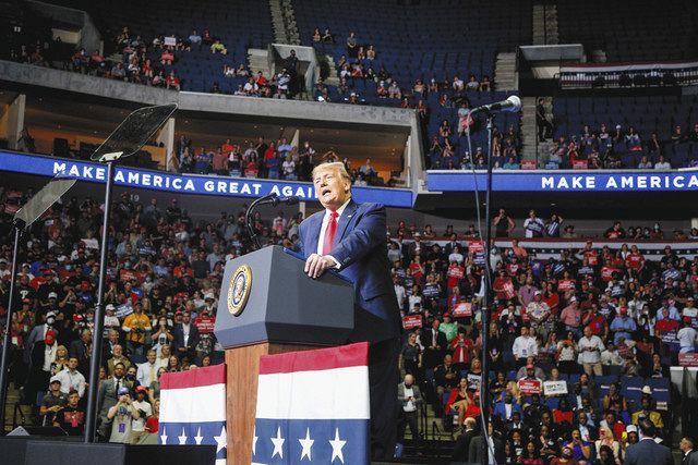 6月、米タルサの集会で演説するトランプ大統領。空席も目立つ=Tulsa World・AP