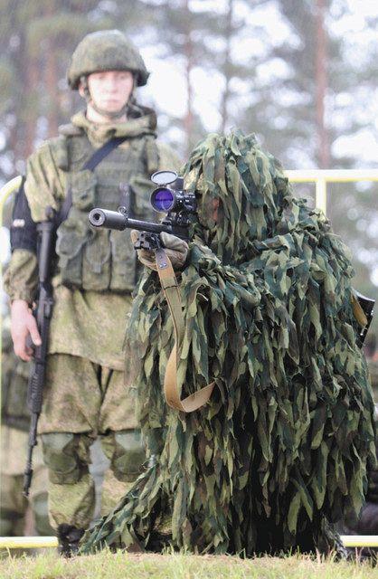 銃を構えるスナイパーのイリヤ氏=プスコフ州ストルギクラスニエで