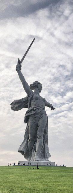 伝説のスナイパー、ザイツェフが埋葬された独ソ戦の激戦地ボルゴグラードの「ママエフの丘」に立つ「母なる祖国像」