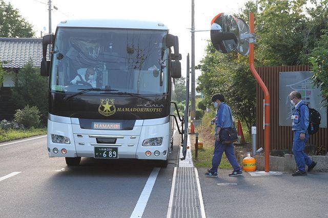 東京電力の社員寮から福島第一原発へ向かうバス=福島県大熊町で