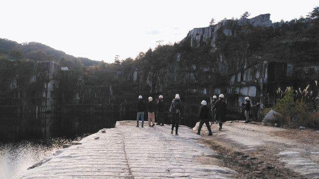 ツアーでは湖のすぐ近くまで行くことができる