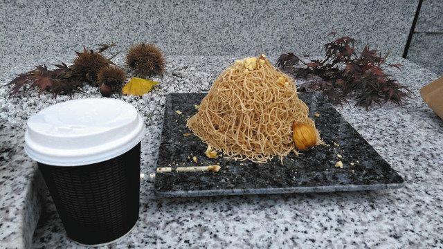 笠間名産の栗を使った作りたてのモンブランとコーヒー=いずれも茨城県笠間市で