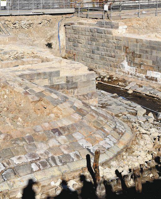 第7橋梁の跡。築堤断面を覆う石積み(写真右上)を見ると、海側(右側)と陸側(左側)で表面の仕上げが違うと分かる