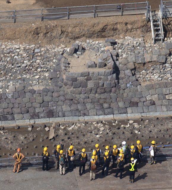 高輪築堤跡で新たに確認された鉄道信号機の土台跡(中央)