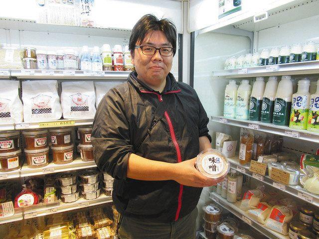 「道の駅 発酵の里こうざき」の発酵市場を紹介する東川慶・総務課長=千葉県神崎町で