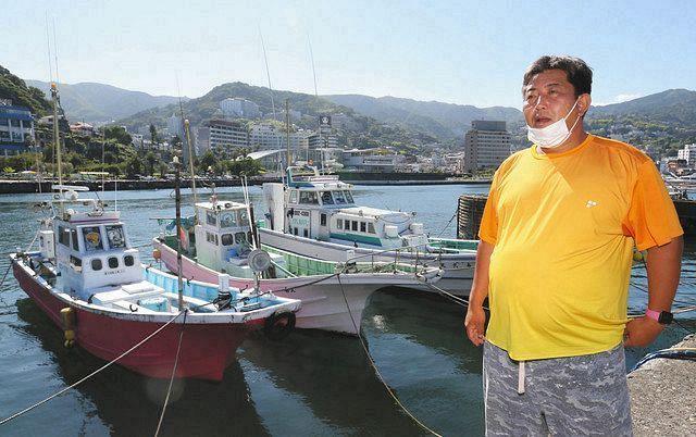 所有する3隻の傍らで、伊豆山港の再開を願う松本早人さん=静岡県熱海市で