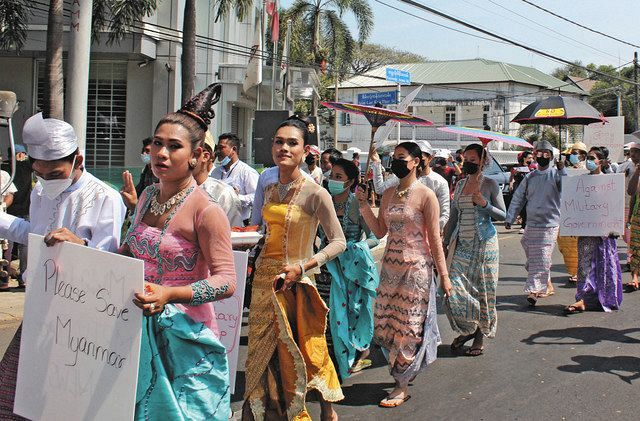 Young people marching in dresses in Yangon, Myanmar's largest city on the 12th (photographed by an assistant in this paper)