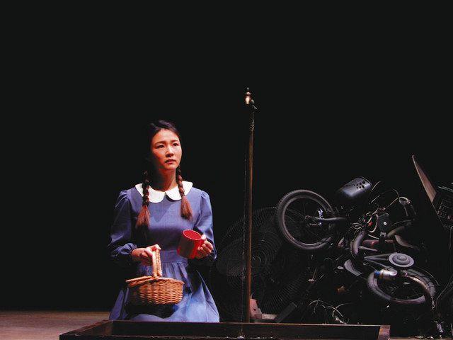 日韓の俳優が福岡やポーランドで上演する「水の駅」の一場面=2019年4月、韓国・釜山小劇場で(金世一さん提供)