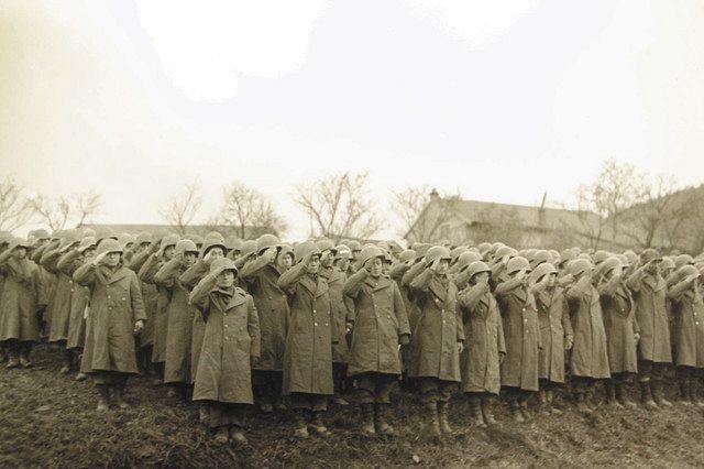 日系2世だけで組織された米陸軍第442連隊の1944年の閲兵式(松元裕之監督提供)