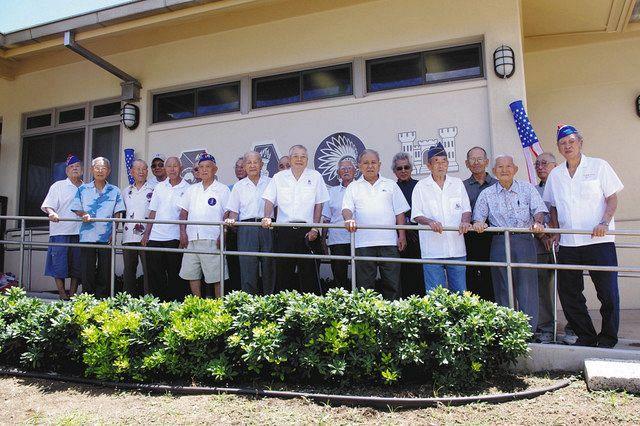 2010年に行われた、日系人部隊のパネルの除幕式に集まった日系2世たち=米ハワイ州・マウイ島の二世ベテランズ・メモリアルセンターで(松元裕之監督提供)