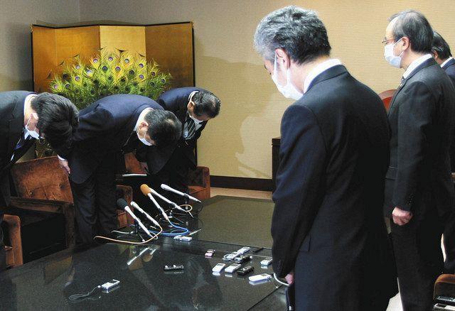 花角英世知事(右)に頭を下げる東京電力の小早川智明社長(左から2人目)=3月25日、新潟県庁で