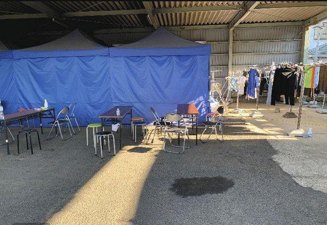 屋外の駐車場に設けられた技能実習生らが食事を取るスペース(関係者提供)