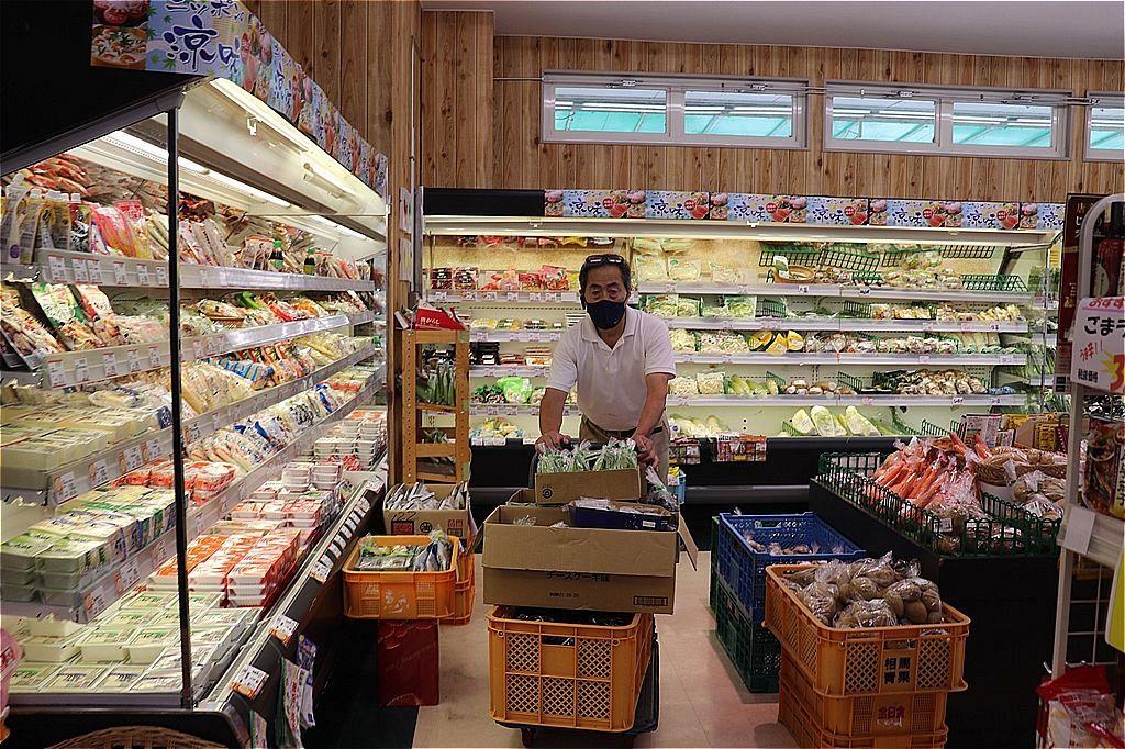 スーパーで商品を運ぶ中島さん=福島県相馬市で