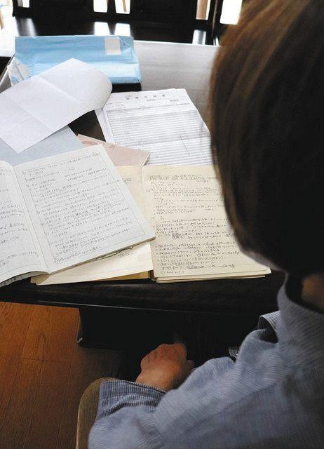 認知症の夫が入院中の女性は、長年在宅介護を担い、日記も残してきた=岐阜県内で
