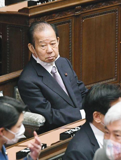 衆院本会議に臨むあごマスク姿の二階俊博自民党幹事長=6日午後、国会で