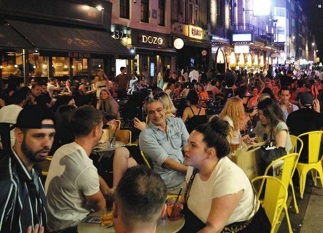 英ロンドン中心部で7月19日夜、バーやナイトクラブがある一帯はにぎわった=藤沢有哉撮影