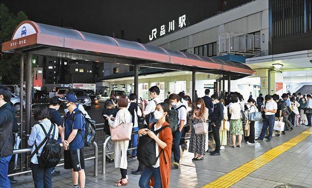 地震の影響で在来線が運転を見合わせ、タクシーを待つ大勢の人たち=8日午前0時21分、JR品川駅で