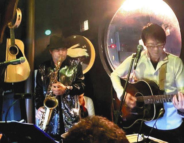 立川市のバーで今年1月にライブ演奏した浅野さん(右)と倉富さん