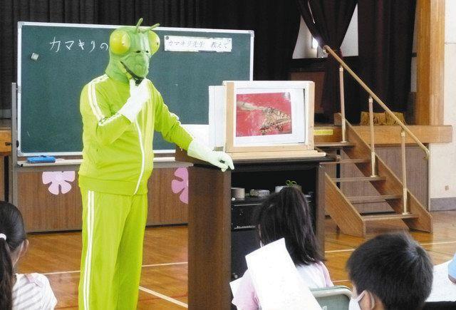 Okuma, que usa una máscara de mantis y enseña en la escuela primaria Haramichi en la ciudad de Kazo.