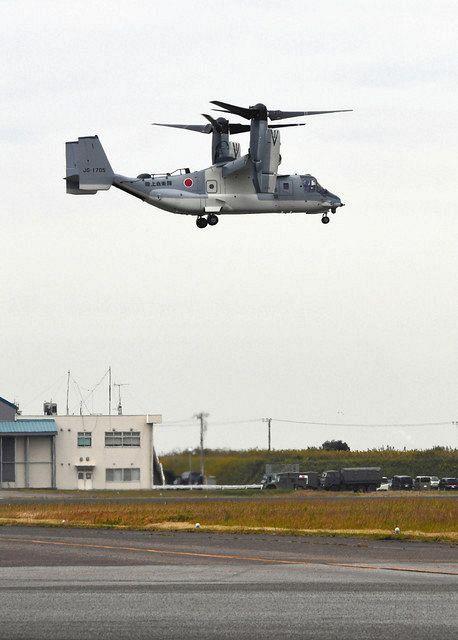 離着陸やホバリングの様子が公開された陸上自衛隊の輸送機オスプレイの飛行訓練=6日午前10時51分、千葉県木更津市で