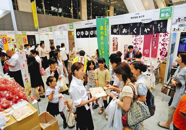 大勢の来場者でにぎわう「よい仕事おこしフェア」会場=東京都千代田区の東京国際フォーラムで