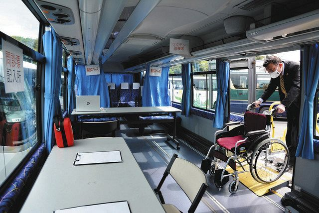 ワクチン接種のために改装した観光バス。車いすでも出入りしやすい