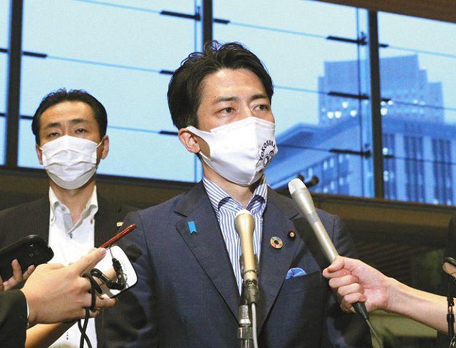 菅義偉首相との面会後、取材に応じる小泉進次郎環境相