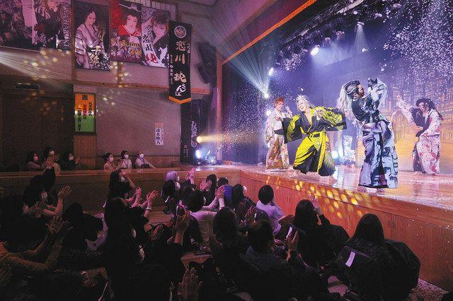 舞台と客席の距離の近さが魅力の大衆演劇。色とりどりの浴衣姿で舞台に立つのは、恋川純座長(右から3人目)率いる恋川劇団=いずれも北区中十条の篠原演芸場で