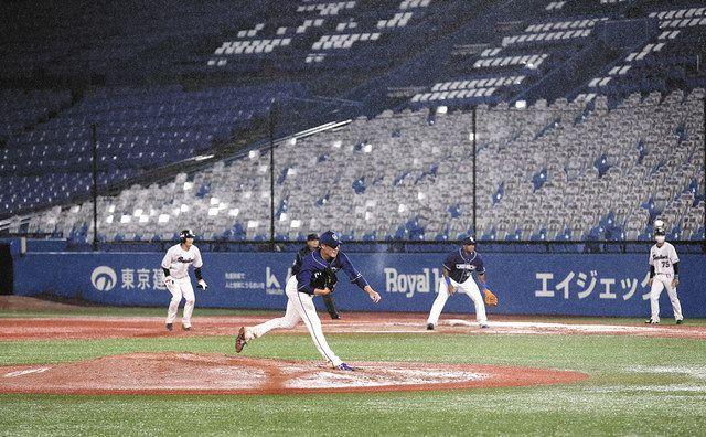 無観客で行われたヤクルト―中日で力投する大野雄。一塁手ビシエド=6月19日、神宮球場で