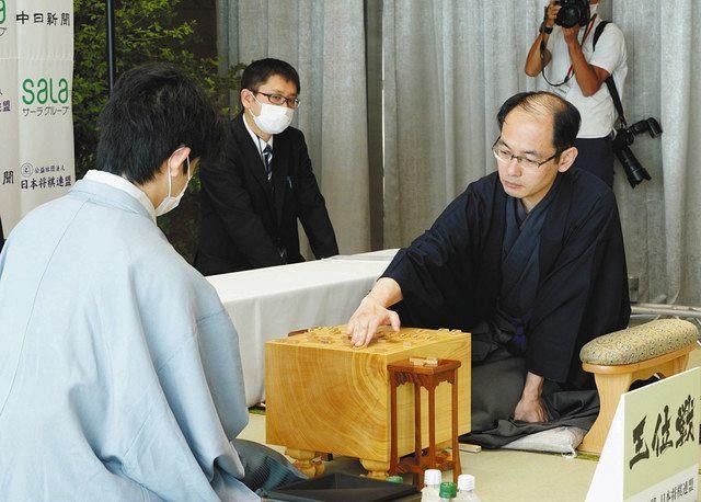 藤井王位と熱を繰り広げた木村一基の前に王位(右)