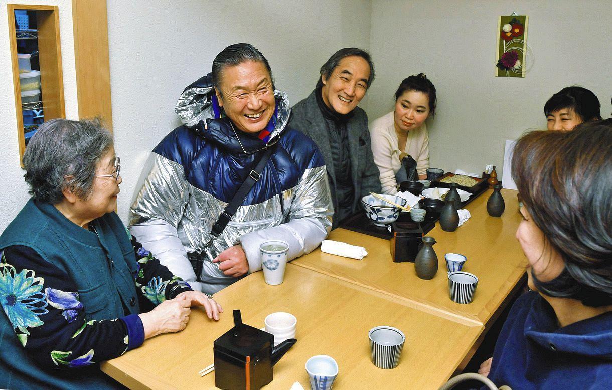 三軒茶屋のそば屋で地元の人々と談笑する筆者(左から2人目)