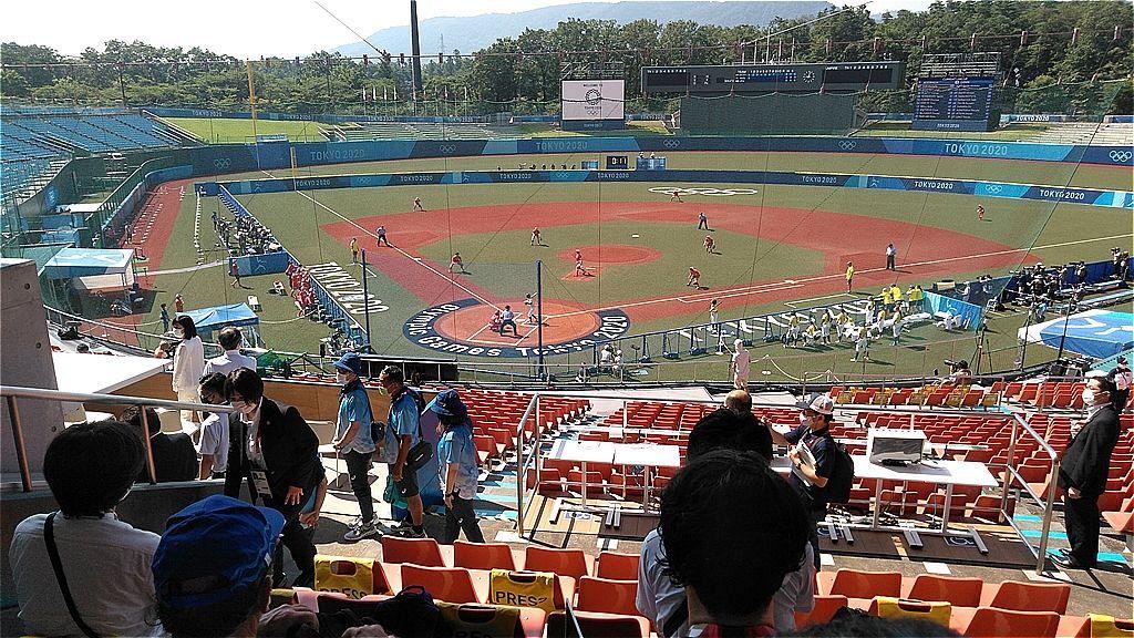 ソフトボールの日本対オーストラリア戦が行われている福島あづま球場=原田遼撮影