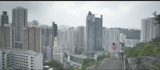 香港の風景を背景に若者を元気づけるメッセージを込めたミュージックビデオ=「DGXミュージック」のユーチューブより