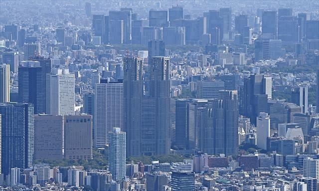 都庁(中)ほか新宿のビル群など。右奥は東京駅周辺のビル群
