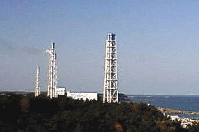 1、2号機排気筒(左から2本目)から、ベントで排出されたとみられる汚染蒸気=2011年3月12日午後3時すぎのライブカメラ画像、東京電力提供