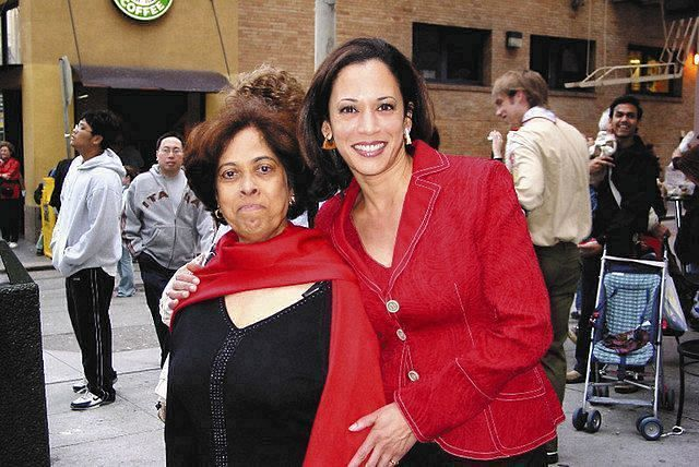 ハリス氏(右)と母親=2007年撮影、AP
