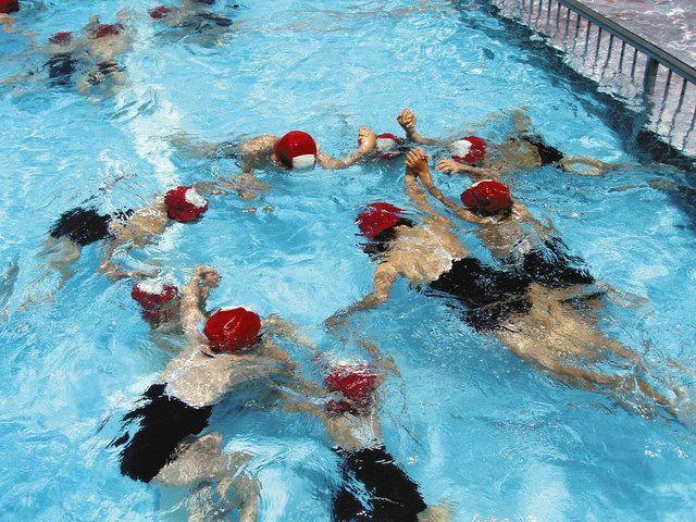 水泳の授業を受ける子どもたち=東京都文京区の筑波大附属小で(平川譲さん提供)
