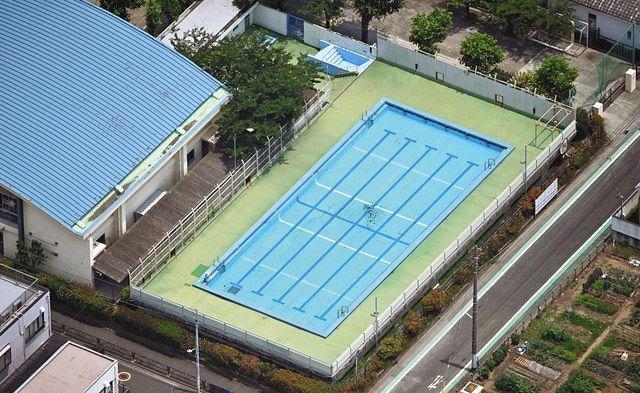 今年の夏で役目を終える葛飾区立水元小学校の25メートルプール=東京都葛飾区で、本社ヘリ「あさづる」から