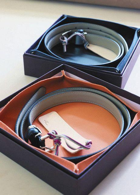 新成人に贈られる本革ベルト。伸縮性があり、座った時などに穴2つ分伸びる