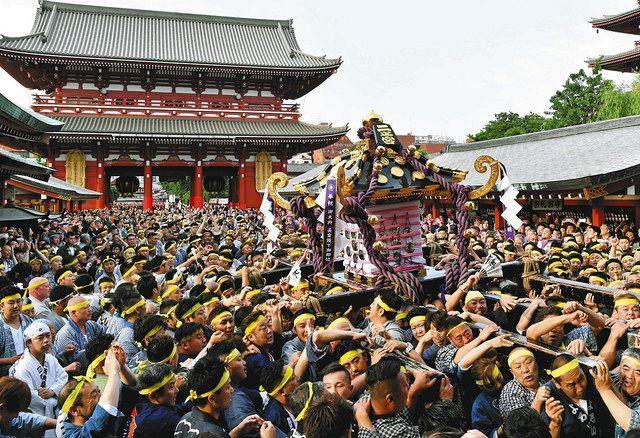 昨年の三社祭で威勢のよい掛け声とともに宮出しされる宮神輿=東京都台東区で