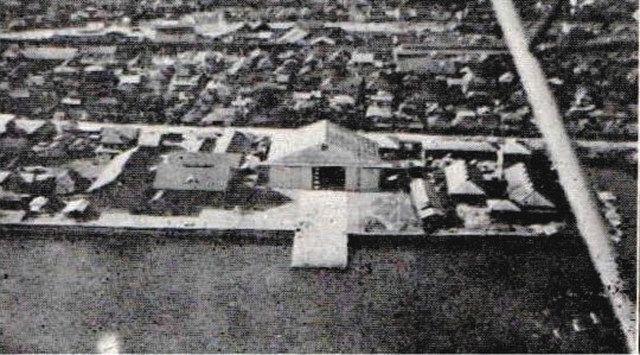 南大井にあった水上飛行場。海の前に格納庫と、海へつながる滑走台があった=大井町史より(品川歴史館所蔵)