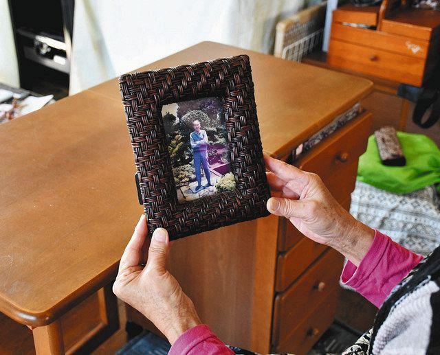 敗戦後に米軍が接収した、現在の陸自木更津駐屯地で働いていた父の遺影を手にする女性。小さいころから航空機の騒音に悩まされてきた