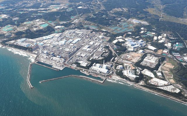 事故から10年半が過ぎた東京電力福島第一原発=2021年10月11日、本社ヘリ「おおづる」から撮影