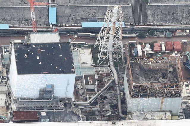 1号機(右)と2号機の間にある排気筒とベント配管