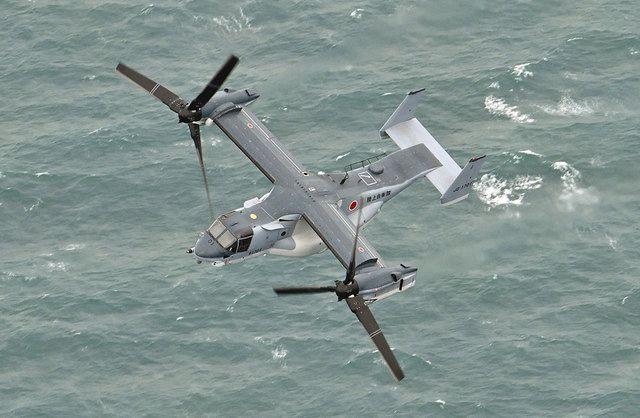 陸上自衛隊木更津駐屯地から飛び立ち、初の場外飛行を行った輸送機オスプレイ=11月20日、東京湾上空で(本社ヘリ「おおづる」から)