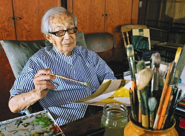 自宅のアトリエで絵を描く染色作家の柚木沙弥郎さん=東京都渋谷区で(木口慎子撮影)