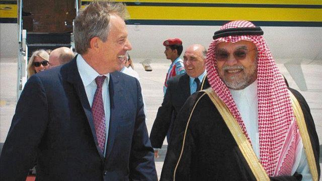談笑するブレア首相(左)とバンダル王子©Shadow World Productions, LLC