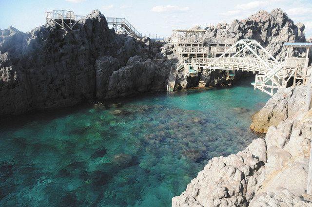 島北部の赤崎遊歩道。透明度の高い海に木製の遊歩道から飛び込める