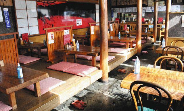 カウンター席やテーブルが並ぶ=いずれも長泉町で