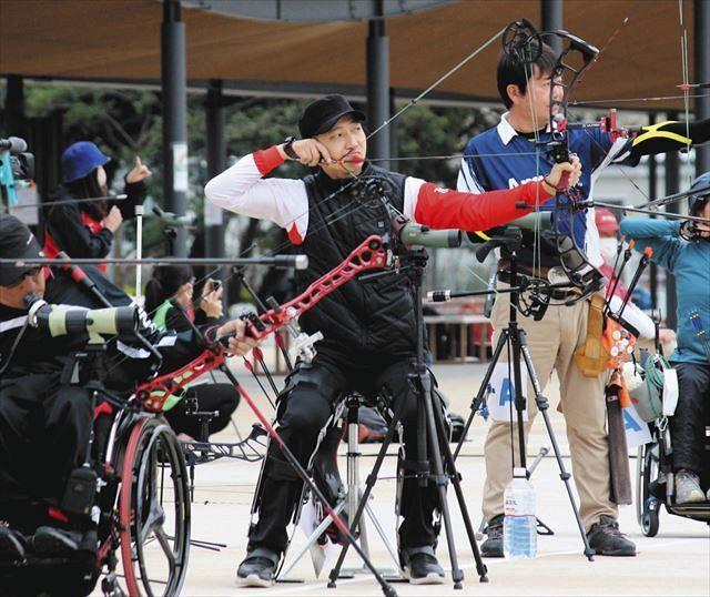 東京パラリンピック日本代表の最終選考会で矢を射る宮本リオン(中央)=東京都江東区の夢の島公園アーチェリー場で